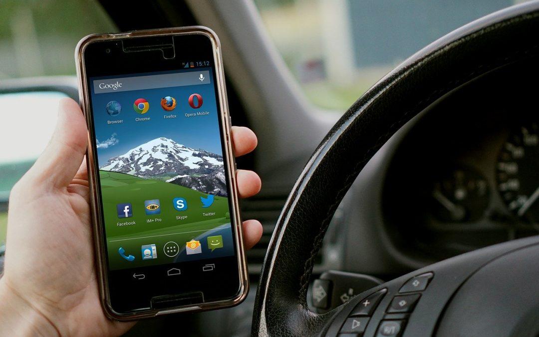 Riesgos de utilizar el móvil mientras conduces